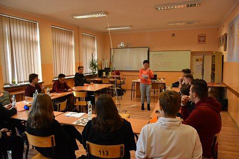 sala szkolna i uczestniczy podczas zajęć