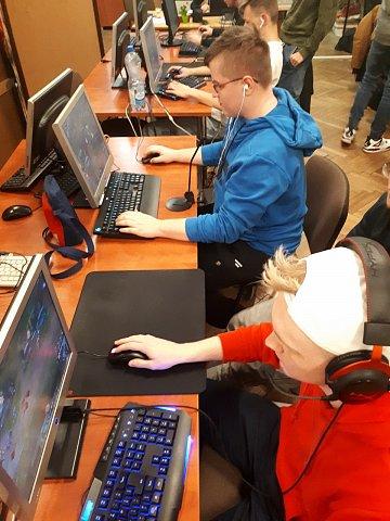 uczniowie przy komputerach grają w gry