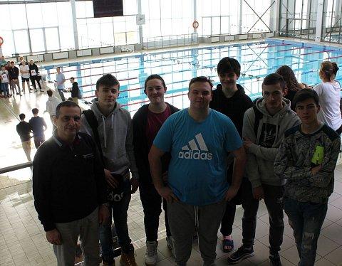 uczestnicy zawodów na pływalni