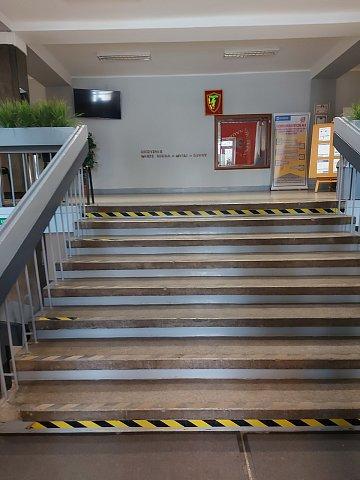 Zdjęcie. Schody prowadzące do holu szkoły.