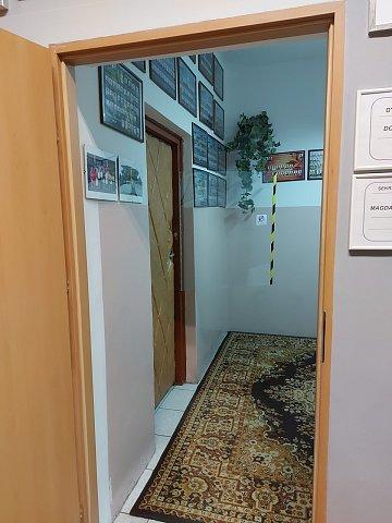 Zdjęcie. poczekalnia, po lewej dzrwi prowadzące do sekretariatu i gabinetu Dyrektora.